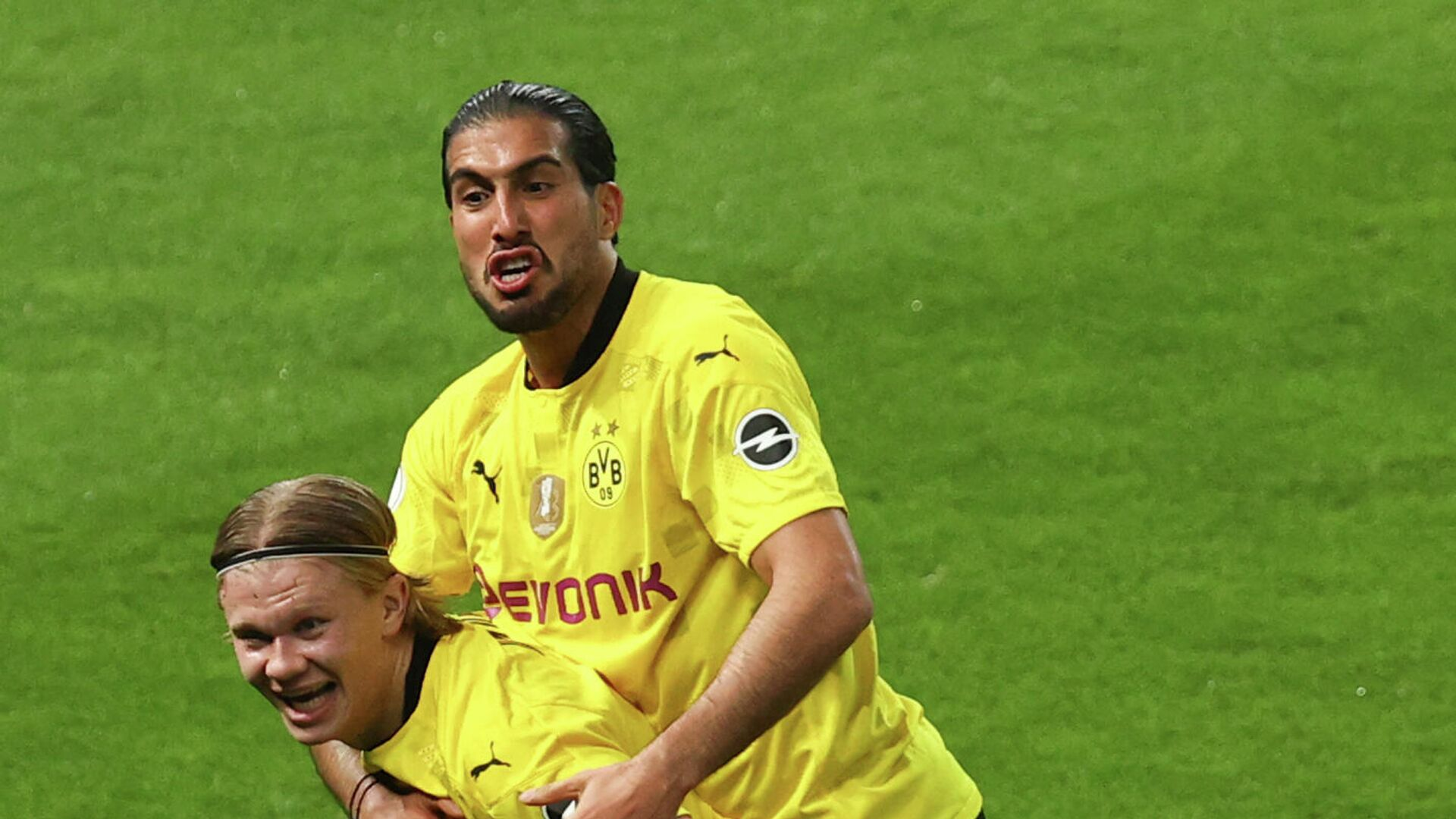 Dortmund's Norwegian forward Erling Braut Haaland celebrates scoring with Dortmund's German midfielder Emre Can during the German Cup (DFB Pokal) final football match RB Leipzig v BVB Borussia Dortmund, in Berlin on May 13, 2021. (Photo by MAJA HITIJ / POOL / AFP) / RESTRICTIONS: ACCORDING TO DFB RULES IMAGE SEQUENCES TO SIMULATE VIDEO IS NOT ALLOWED DURING MATCH TIME. MOBILE (MMS) USE IS NOT ALLOWED DURING AND FOR FURTHER TWO HOURS AFTER THE MATCH. == RESTRICTED TO EDITORIAL USE == FOR MORE INFORMATION CONTACT DFB DIRECTLY AT +49 69 67880 /  - РИА Новости, 1920, 13.05.2021