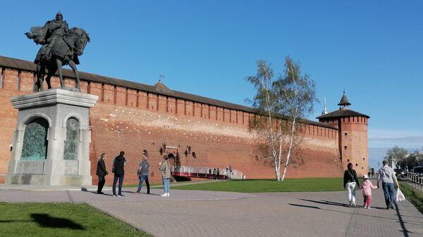 Вид памятник Дмитрию Донскому и стены Кремля в Коломне