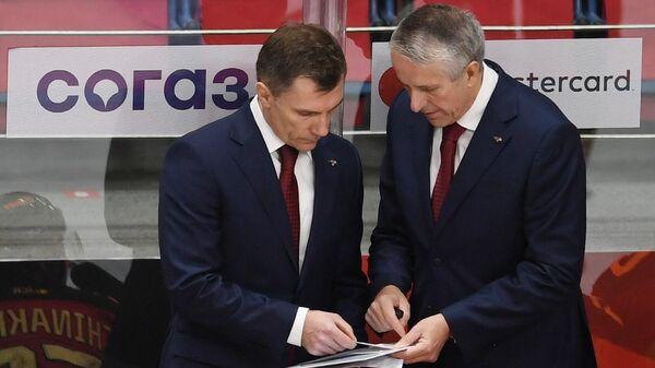 Главный тренер Авангарда Боб Хартли (справа) и тренер вратарей Авангарда Сергей Звягин