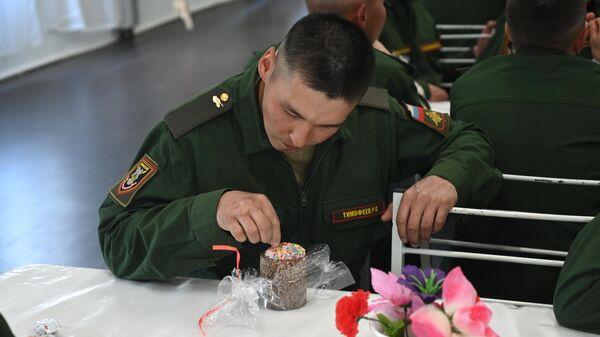 Военнослужащие во время празднования Пасхи в 150-й мотострелковой дивизии в городе Новочеркасске Ростовской области