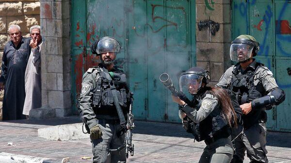 Сотрудники израильских сил безопасности во время столкновений с палестинцами