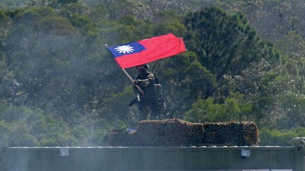 Тайваньский солдат с флагом во время учений на военной базе Синьчжу