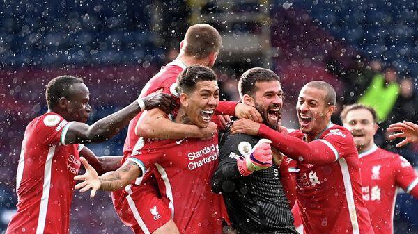Футболисты Ливерпуля радуются забитому мячу Алиссона