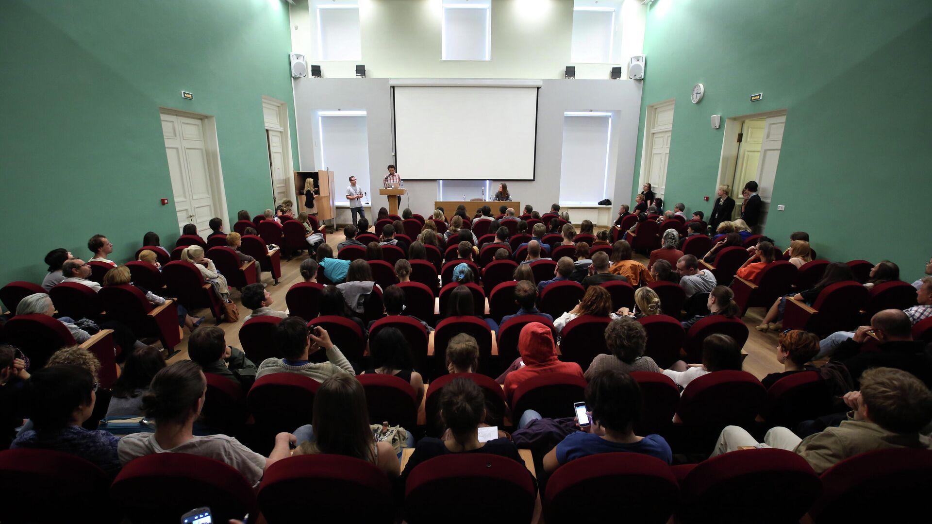 Слушатели в аудитории во время лекции - РИА Новости, 1920, 17.05.2021