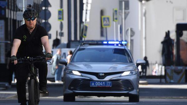 Инспектор велопатруля ЦОДД на одной из улиц Москвы