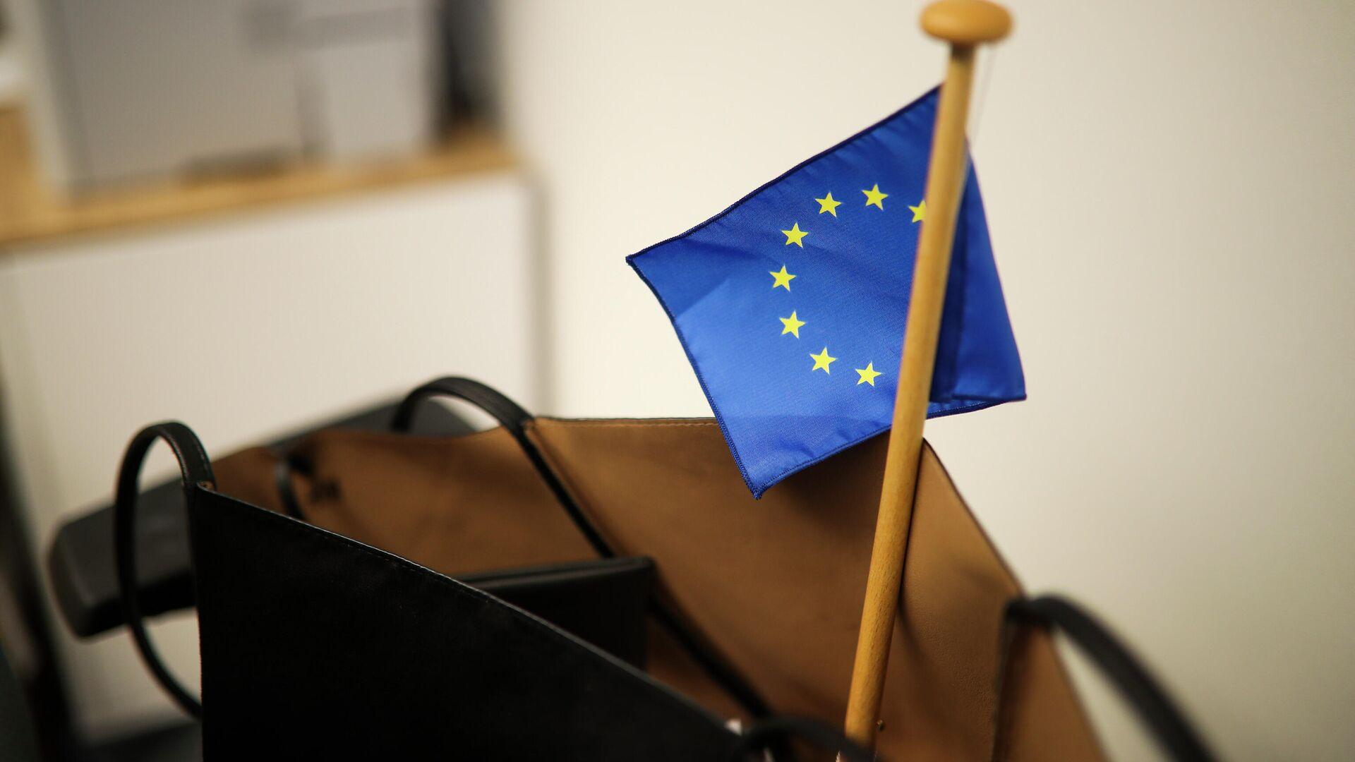 Сумка с флажком ЕС в здании Европейского парламента в брюсселе - РИА Новости, 1920, 21.06.2021