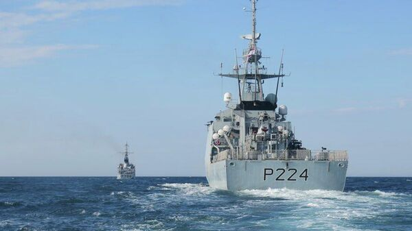 Британский патрульный корабль HMS Trent по пути в Черное море