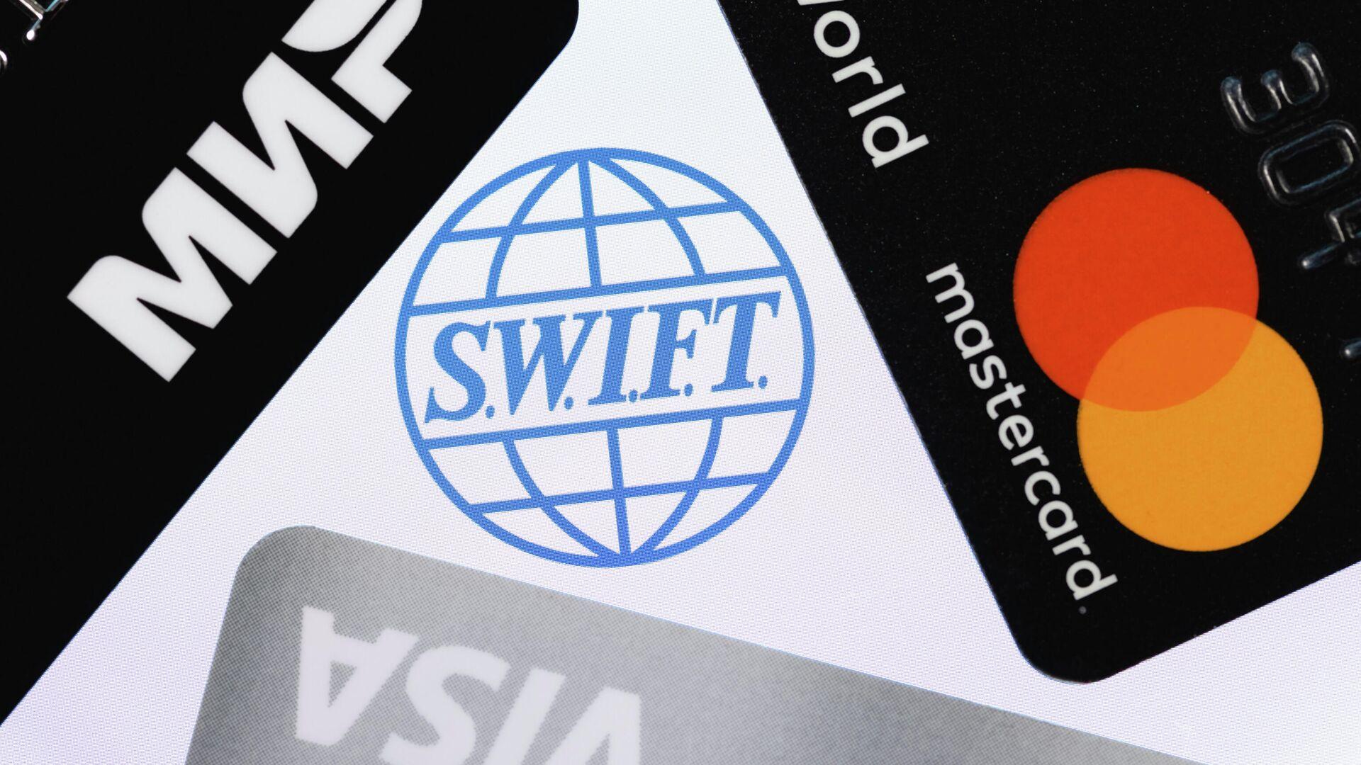 Логотип сети межбанковских телекоммуникаций SWIFT и банковские карты - РИА Новости, 1920, 18.05.2021
