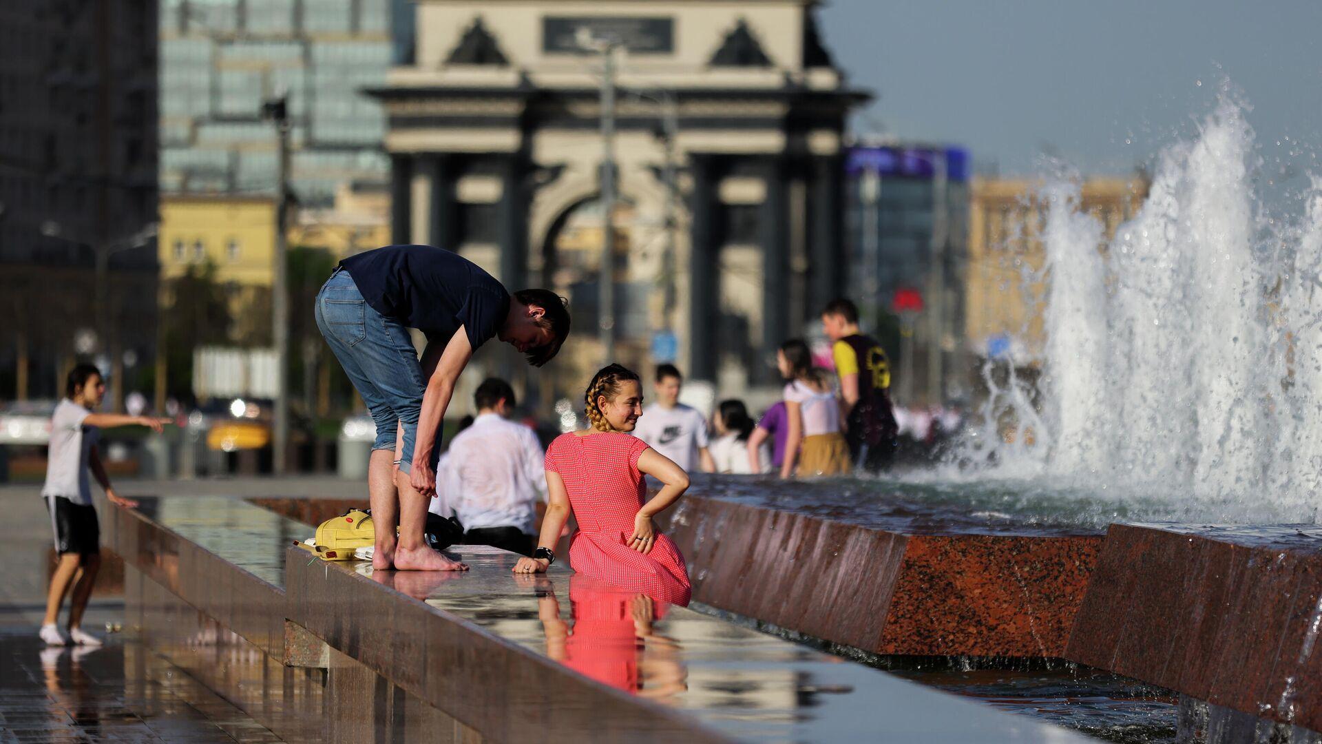 Молодые люди у фонтана в парке Победы в Москве в жаркую погоду - РИА Новости, 1920, 15.06.2021