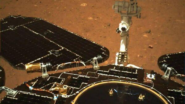 Фото с камеры китайского марсохода Чжужун