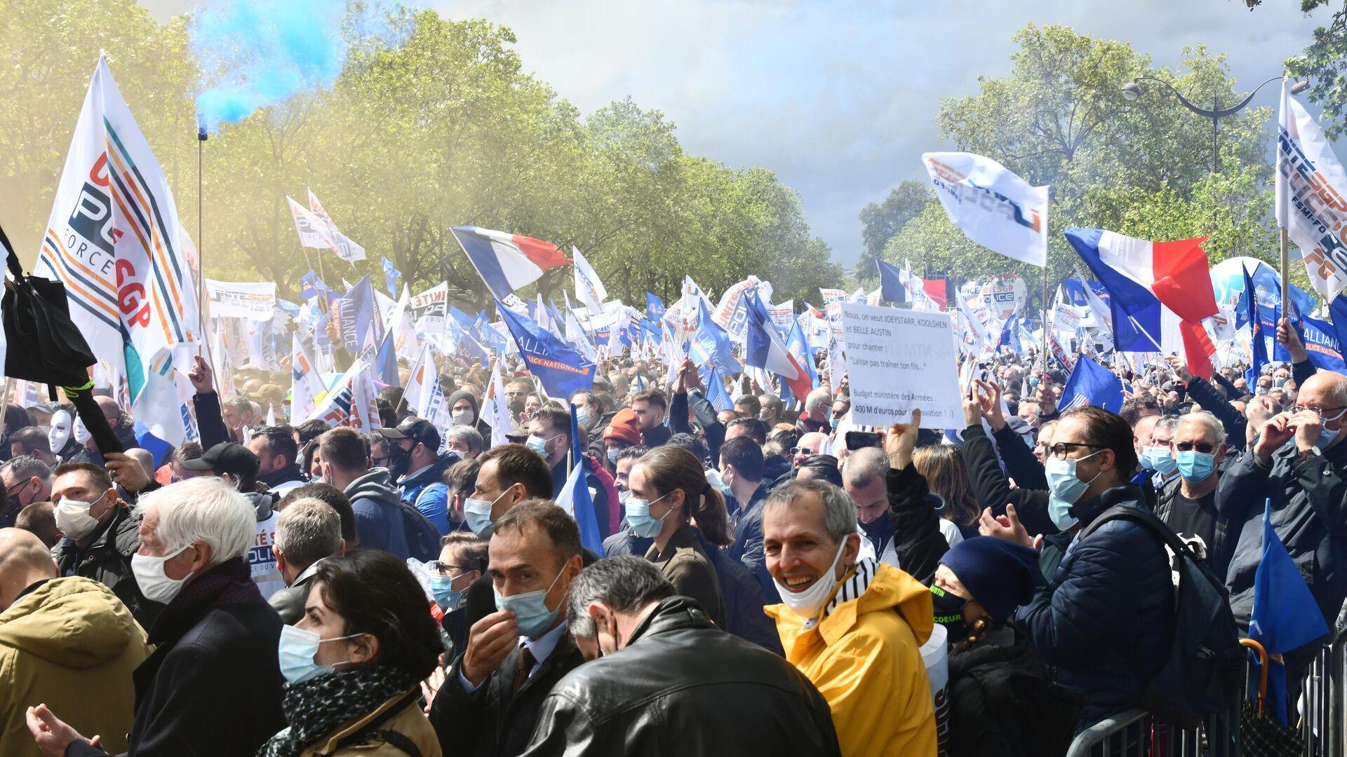 Участники акции протеста полиции в Париже - РИА Новости, 1920, 24.07.2021