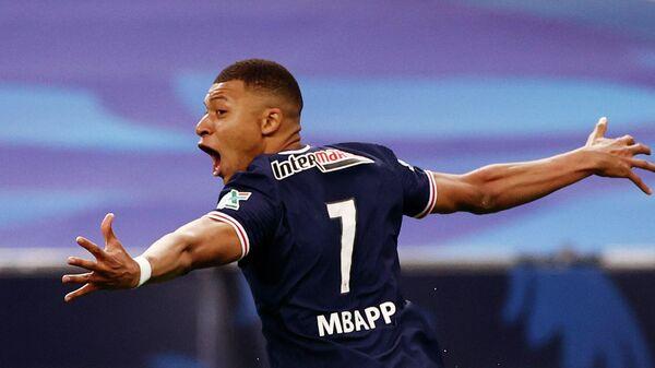 Килиан Мбаппе празднует забитый мяч в ворота Монако.