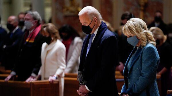 Президент Джо Байден и его жена Джилл на мессе в соборе Святого Апостола Матфея во время церемонии инаугурации в Вашингтоне