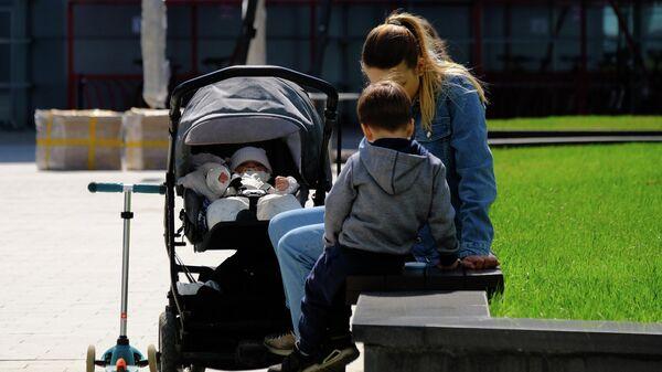 Девушка с детьми