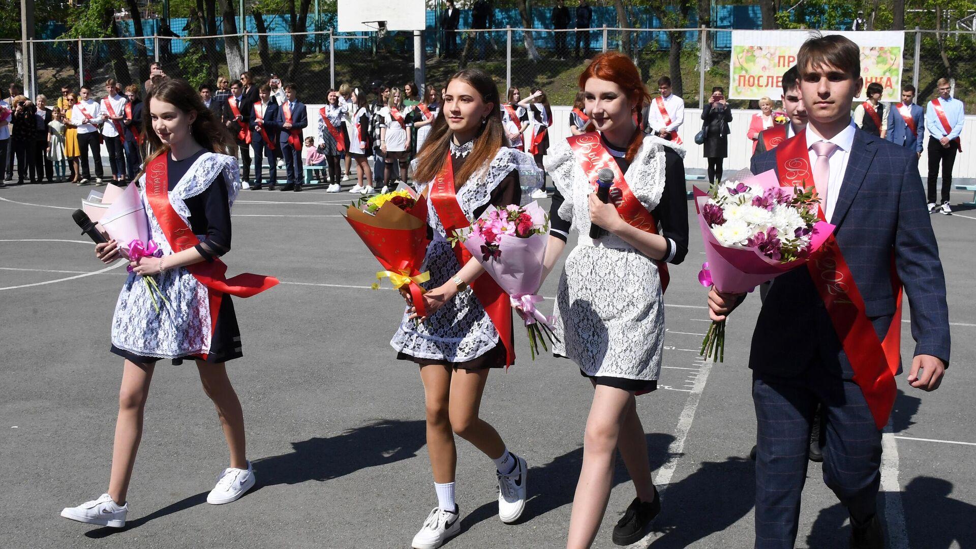 Выпускники во время последнего звонка в гимназии №2 во Владивостоке - РИА Новости, 1920, 24.05.2021