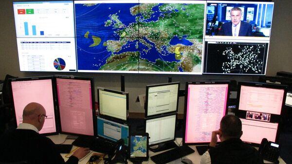 Авиадиспетчеры во время наблюдения за самолетами на мониторе