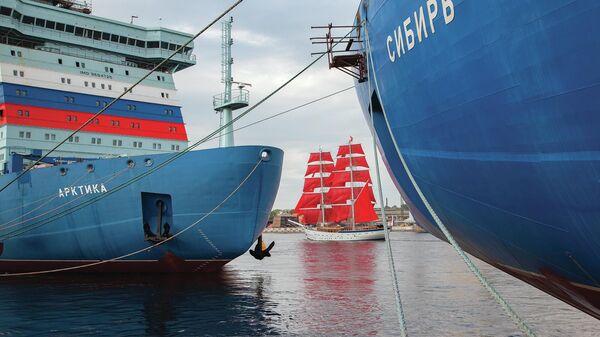 Атомные ледоколы Арктика и Сибирь на фоне брига Россия