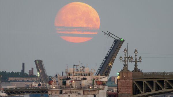 Луна над Санкт-Петербургом. 25 мая 2021