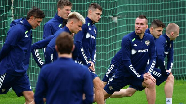 Тренировка сборной России по футболу. Третий справа - Антон Заболотный
