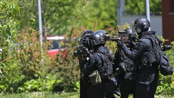 Сотрудники правоохранительных органов на месте нападения на полицейскую в городе Нант, Франция