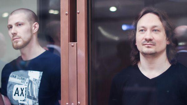 Бывший сотрудники полиции Максим Уметбаев и Игорь Ляховец во время оглашения приговора в Московском городском суде. 28 мая 2021