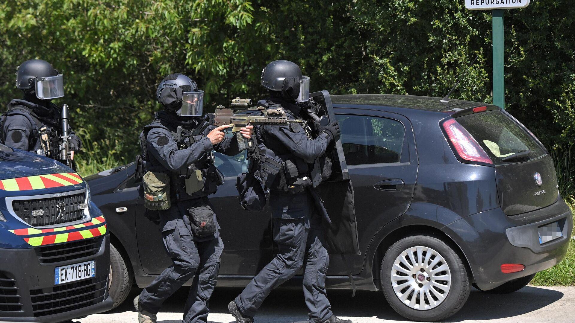 Сотрудники правоохранительных органов на месте нападения на полицейскую в городе Нант, Франция - РИА Новости, 1920, 12.06.2021