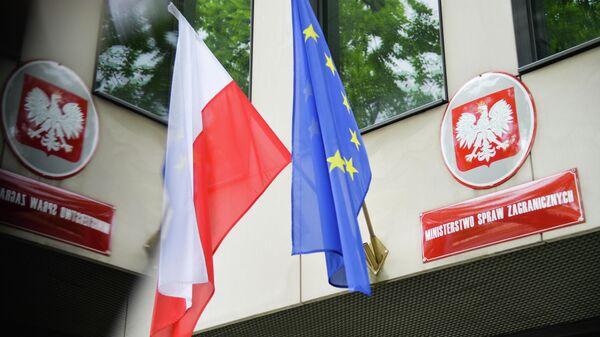 Государственный флаг Польши и флаг Евросоюза на здании Министерства иностранных дел Польши в Варшаве