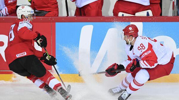 Хоккеист сборной Швейцарии Лукас Фрик и России Антон Слепышев