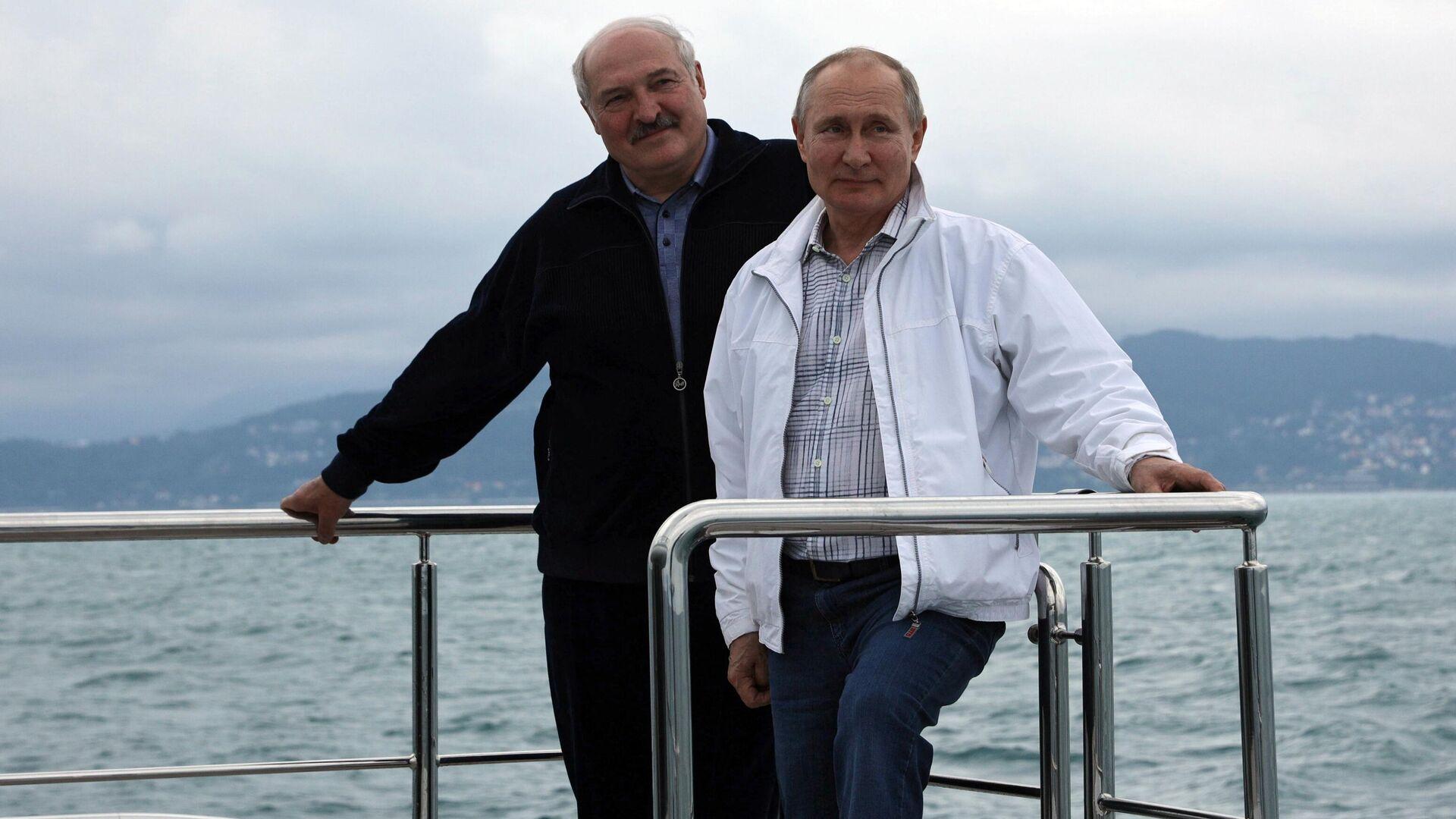 Песков не стал комментировать отказ Путина купаться в море с Лукашенко