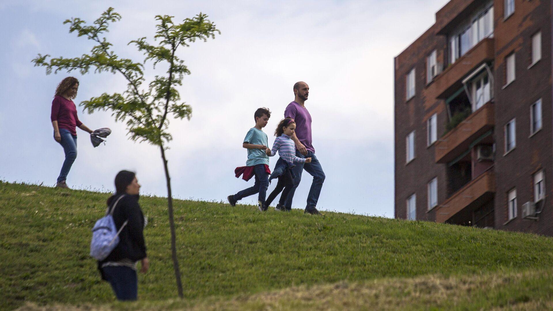 Семья гуляет в одном из парков Мадрида - РИА Новости, 1920, 09.06.2021