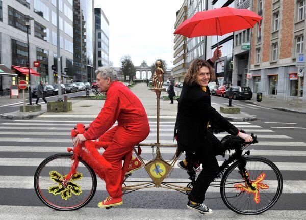 Мужчины на велосипеде на улице в Брюсселе