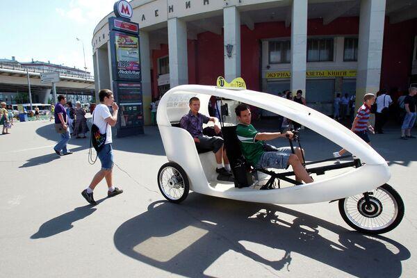 Велотакси у станции метро ВДНХ в Москве