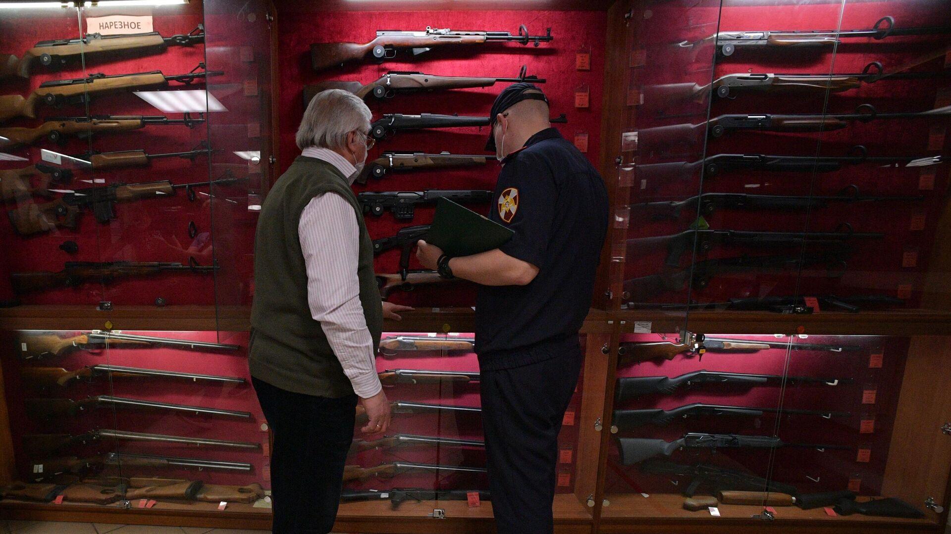 Сотрудник Росгвардии проводит проверку в оружейном магазине в Санкт-Петербурге - РИА Новости, 1920, 02.06.2021
