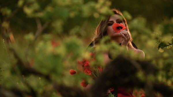 Девушка в селе Хмельницкое недалеко от Севастополя