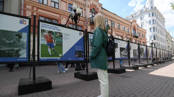 Девушка на фотовыставке Герой эпохи. Другой взгляд на улице Старый Арбат в Москве