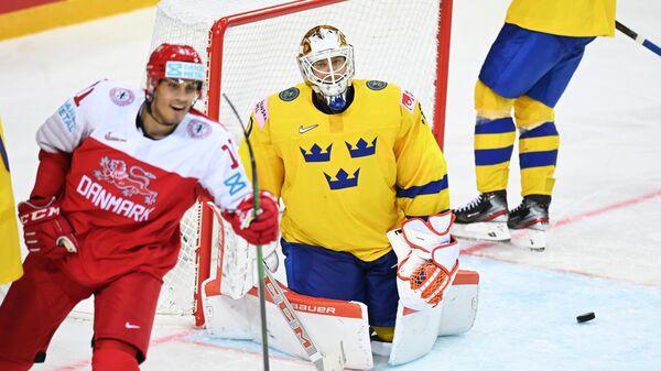 Хоккеисты сборной Швеции (в желтом)