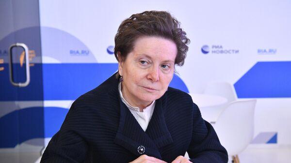 Губернатор Ханты-Мансийского автономного округа — Югры Наталья Комарова у стенда МИА Россия сегодня на Петербургском международном экономическом форуме - 2021