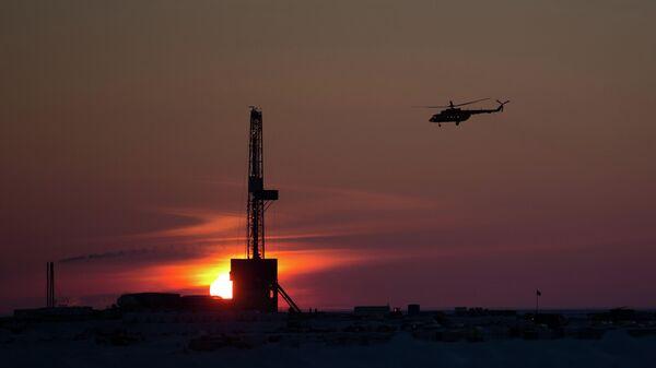 Вертолет над буровой установкой нефтяной компании Роснефть, приступившей к бурению самой северной на российском арктическом шельфе скважины Центрально-Ольгинская-1