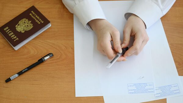 Девушка во время инструктажа перед началом Единого государственного экзамена по русскому языку