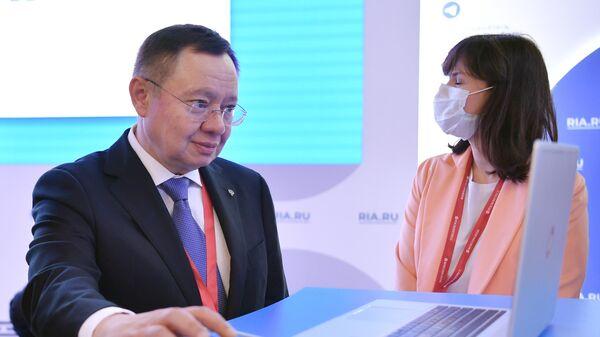 Министр строительства и жилищно-коммунального хозяйства РФ Ирек Файзуллин выпускает новость на сайт ria.ru на стенде МИА Россия сегодня на Петербургском международном экономическом форуме - 2021