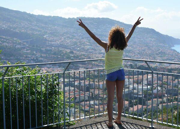 Девушка на обзорной площадке в городе Фуншал на острове Мадейра