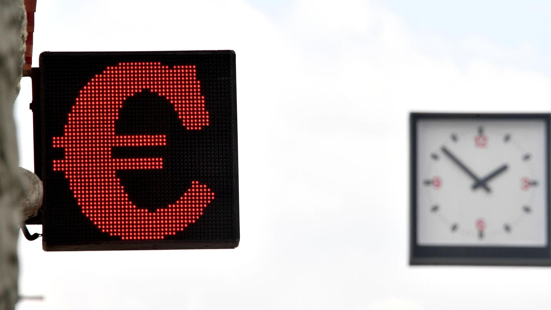 Электронное табло со знаком евро на одной из улиц в Москве - РИА Новости, 1920, 18.06.2021