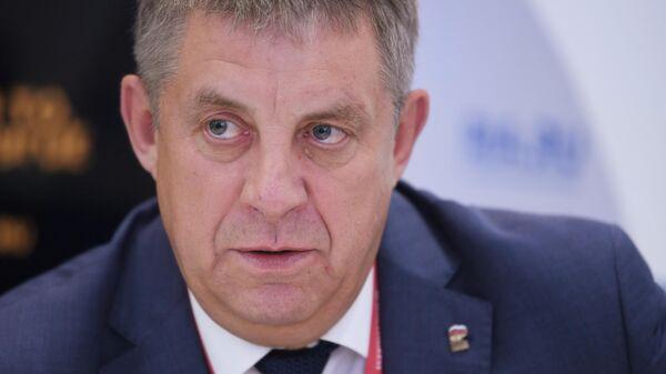 Губернатор Брянской области Александр Богомаз у стенда МИА Россия сегодня на Петербургском международном экономическом форуме - 2021