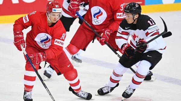 Хоккеист сборной России Владислав Каменев (справа)