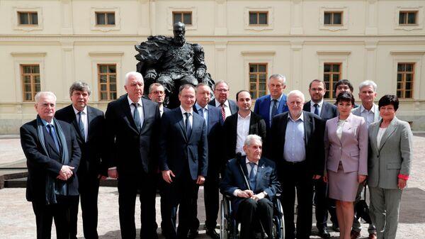 Участники церемонии открытия памятника императору Александру III в Гатчине