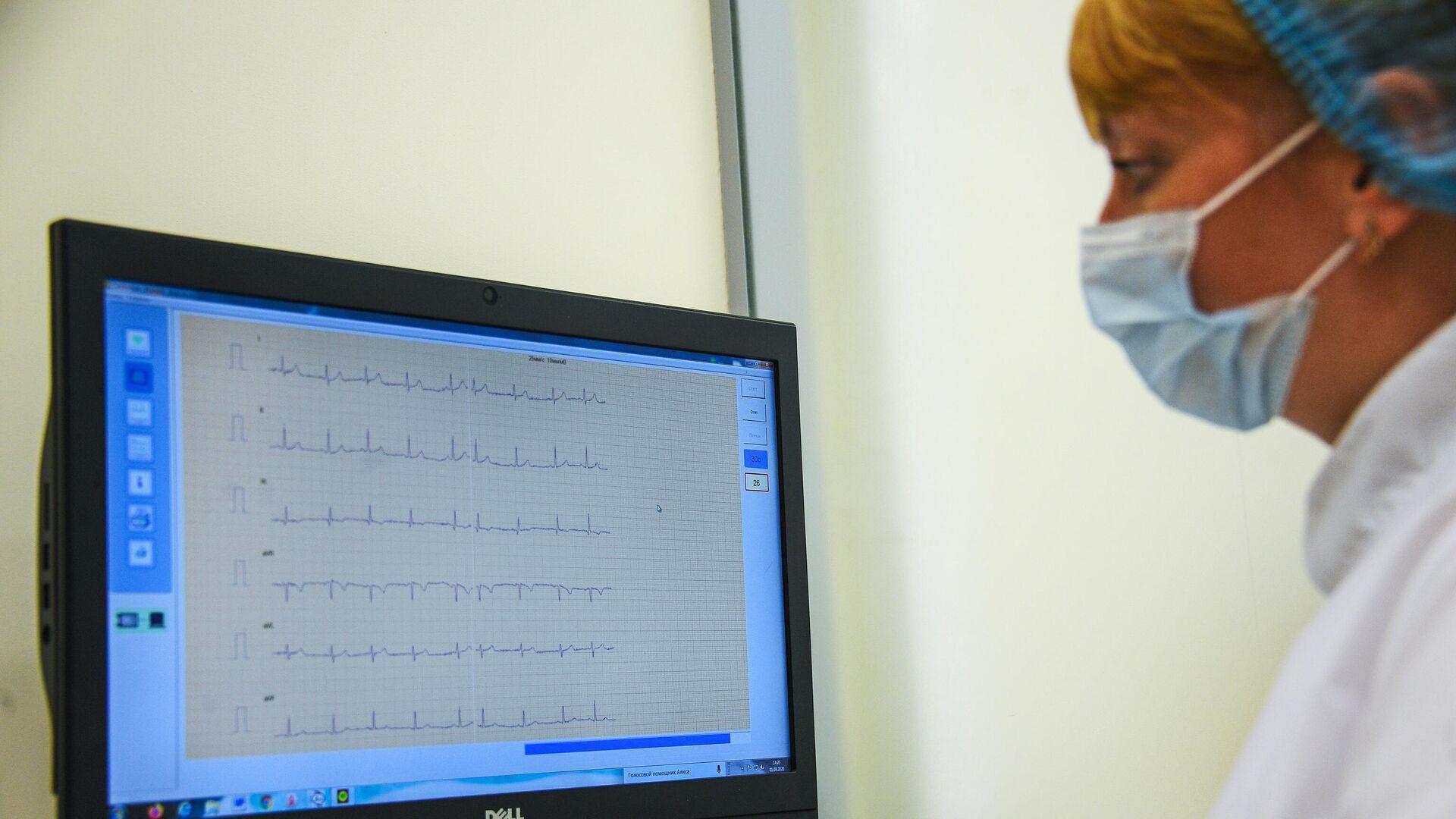 Врач смотрит на электрокардиографию пациента в кабинете Мое здоровье  - РИА Новости, 1920, 23.07.2021