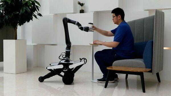 «Вкалывают роботы, а не человек»: как Олли разносит кофе