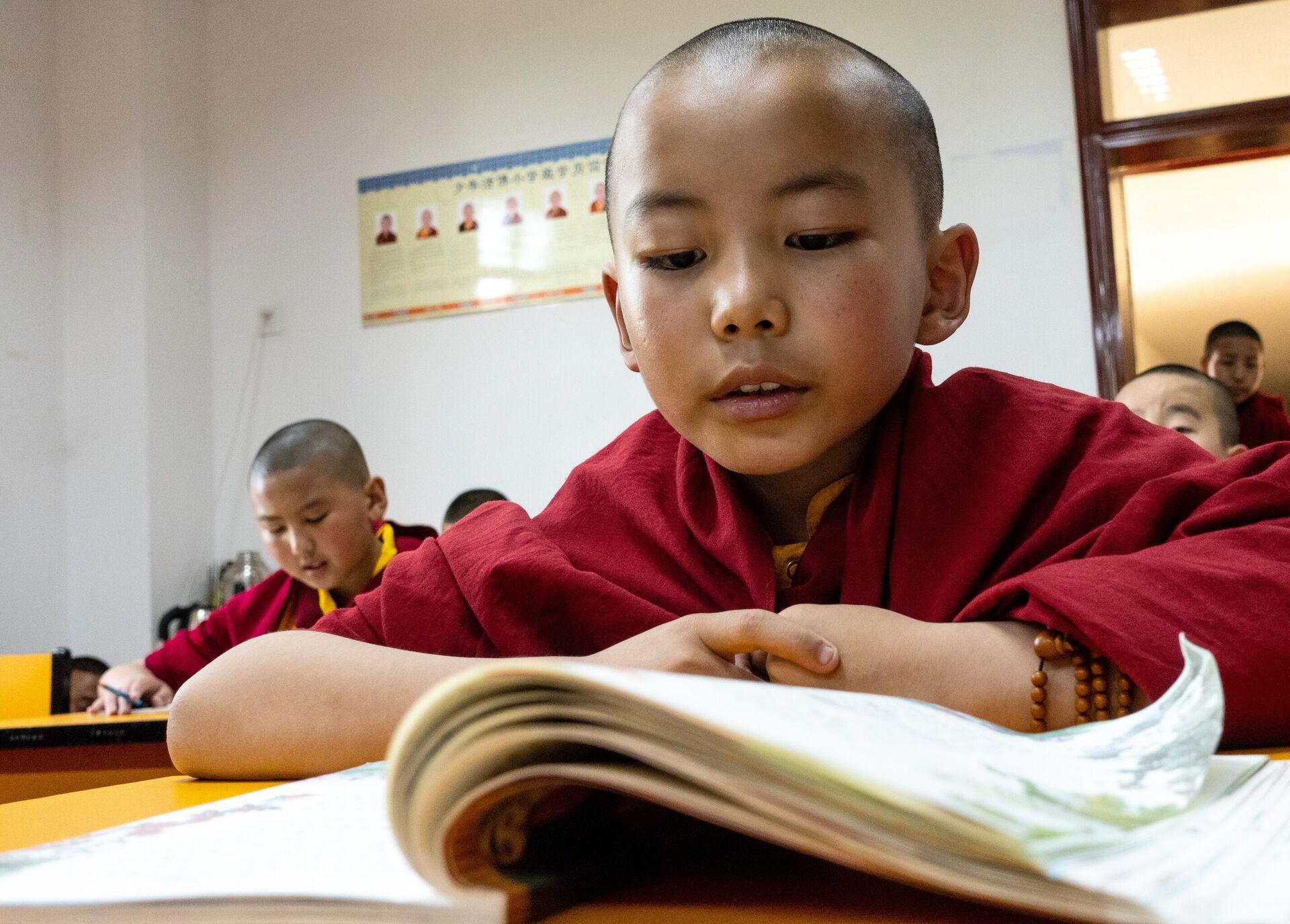 Ученик на занятиях в Буддистском институте в деревне Жэдуй городского округа Лхаса в Тибете - РИА Новости, 1920, 08.06.2021