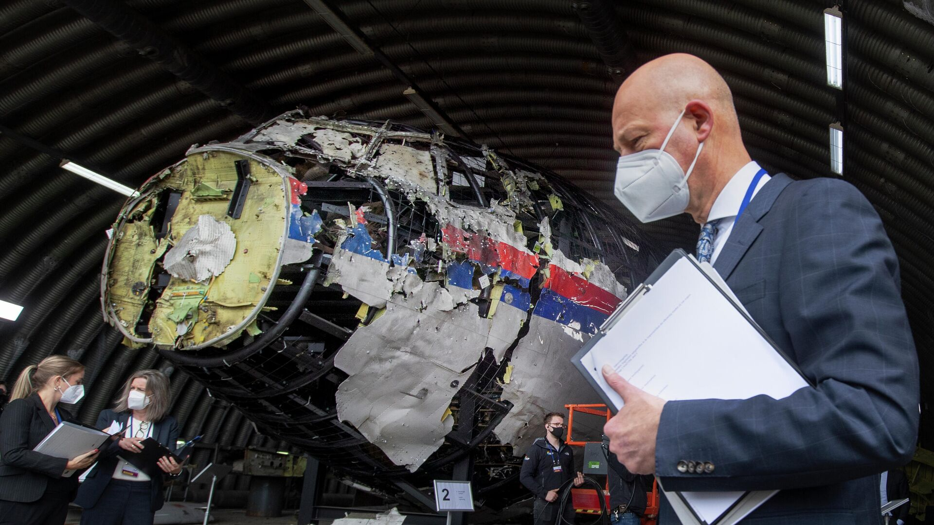 Председательствующий судья Хендрик Стинхейс осматривает обломки рейса MH17 авиакомпании Malaysia Airlines на авиабазе Гильзе-Рейен, Нидерланды - РИА Новости, 1920, 16.07.2021