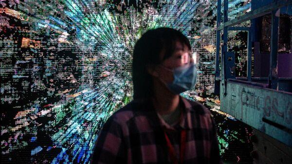 "Девушка на выставке крипто-искусства ""Virtual Niche: Have You Ever Seen Memes in the Mirror?"" в Пекине"